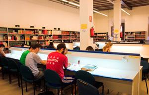 <div class=x__209g x__2vxa style=color: rgb(0, 0, 0); font-family: Calibri, Arial, Helvetica, sans-serif; font-size: 16px; line-height: normal;>Aquellos estudiantes interesados en solicitar una beca erasmus u otra de movilidad deben asistir a las reuniones que tendrán lugar la próxima semana, tal y como aparece a continuación:</div>  <div class=x__209g x__2vxa style=color: rgb(0, 0, 0); font-family: Calibri, Arial, Helvetica, sans-serif; font-size: 16px; line-height: normal;></div>  <div class=x__209g x__2vxa style=color: rgb(0, 0, 0); font-family: Calibri, Arial, Helvetica, sans-serif; font-size: 16px; line-height: normal;>- Lunes, 16 de noviembre, a las 13:00. Aula 7 del Colegio de Málaga. Estudios de Grado en Estudios Ingleses, Grado en Estudios Hispánicos, Grado en Historia, Grado en Humanidades, Grado en Lenguas Modernas y Traducción (Alcalá) y Doble Grado en Humanidades y Magisterio de Educación Primaria.</div>  <div class=x__209g x__2vxa style=color: rgb(0, 0, 0); font-family: Calibri, Arial, Helvetica, sans-serif; font-size: 16px; line-height: normal;></div>  <div class=x__209g x__2vxa style=color: rgb(0, 0, 0); font-family: Calibri, Arial, Helvetica, sans-serif; font-size: 16px; line-height: normal;>- Martes, 17 de noviembre, a las 13:30. Aula A11, edificio F (Facultad de Educación). Estudios de Grado en Comunicación Audiovisual y Grado en Lenguas Modernas y Traducción (Guadalajara).</div>